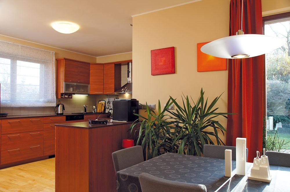 Kuchyňa je čiastočne taktne oddelená od obývacej izby, aby na pracovnú plochu nebolo príliš vidieť. Zúčelnej dispozície cítiť praktické uvažovanie sohľadom na pohodlie, pričom nechýba potrebný úložný priestor (vstavané skrine či komora).