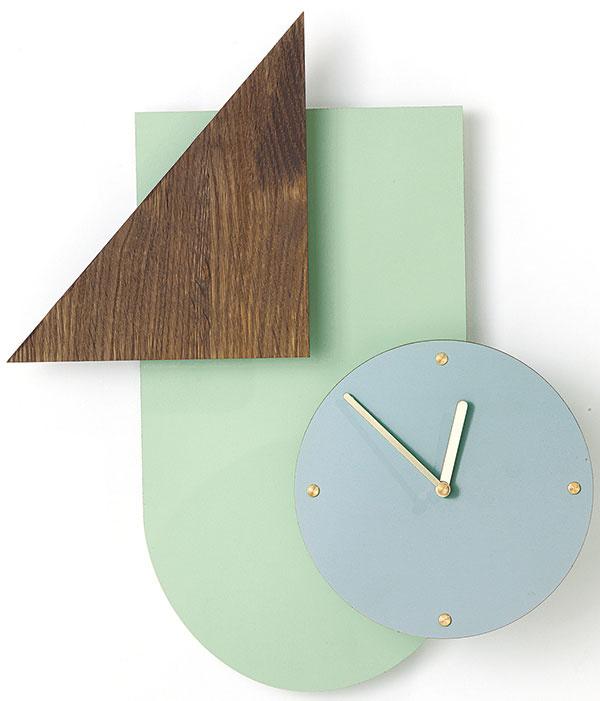 Nástenné hodiny, dostupné aj vsivej farbe, 35 × 41 cm, 149 €, www.fermliving.com