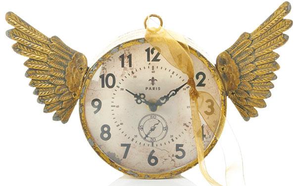 Okrúhle nástenné hodiny skrídlami, 19 × 18 × 5 cm, 29,95 €, www.impressionen.de