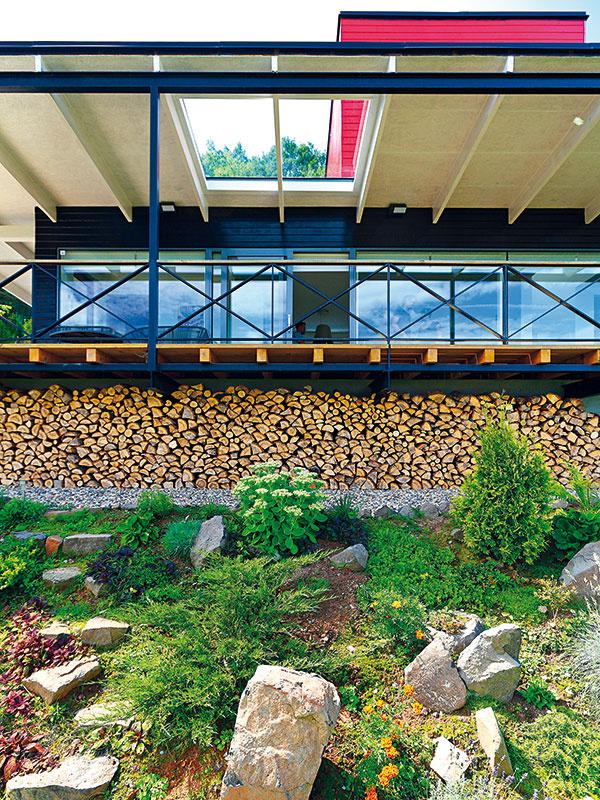 Strešná lotrovinka Stavba má mierne sklonenú pultovú strechu, ktorá včasti obrátenej do údolia vytvára presah chrániaci terasu. Vložené zasklenie nad časťou terasy vnáša do obytného priestoru ešte viac denného svetla. Dom tak pôsobí vzdušným, svetlým dojmom.