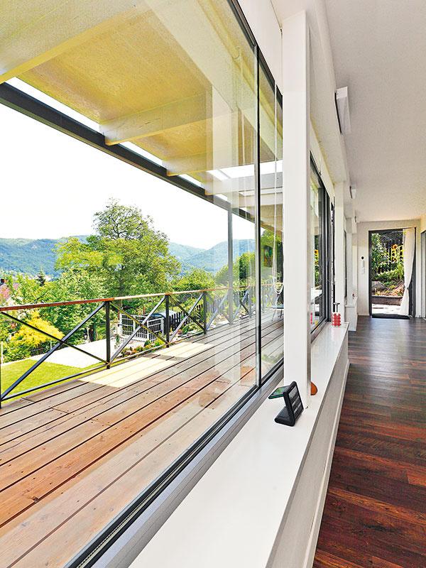 Interiér + exteriér = idyla. Fasáda obrátená do údolia je vlastne jedno obrovské okno, ktoré po celej dĺžke lemuje terasa. Vďaka sklenenej stene aterase bývanie plynule prechádza zinteriéru do exteriéru.