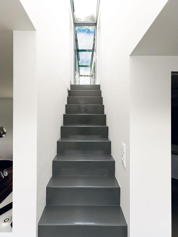Úzke oceľové schodisko vedie kspálňam na poschodí. Popri praktickej funkcii plní vinteriéri aj úlohu pôsobivého estetického prvku.