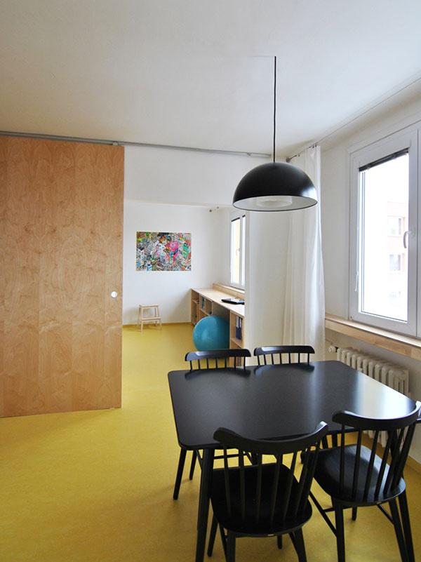 Jedáleň a spálňu možno oddeliť preglejkovými posuvnými dverami na celú výšku miestnosti. Majiteľka ich ocení, ak napríklad bude chcieť pred nečakanou návštevou schovať neporiadok na pracovnom stole.