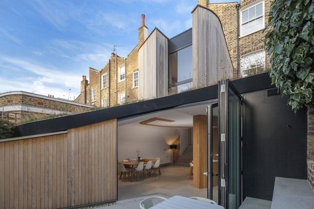 Starý byt v radovej zástavbe podstúpil citlivú rekonštrukciu v modernom duchu