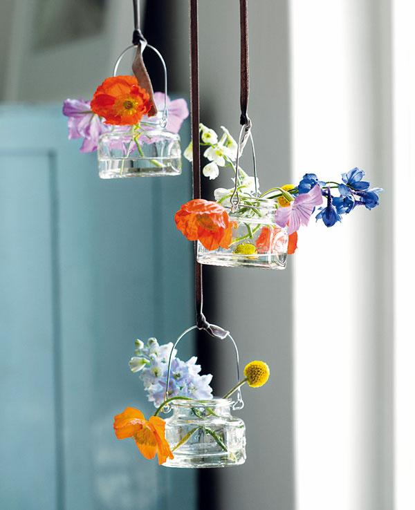 Vázičky dnes ponúkajú viac ako len funkciu nádoby na vodu. Prekrásne farby, vzory, či dokonca patina dodajú kvetom výraz.