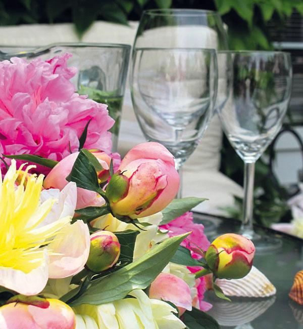 Nech sa nachádzate kdekoľvek, či sú kvety blízko, či ďaleko, prineste si ich ešte bližšie ksebe. Tie rozkvitnuté budú na vašich stoloch symbolizovať ohromujúcu silu prírody, veľkorysosti alásky.
