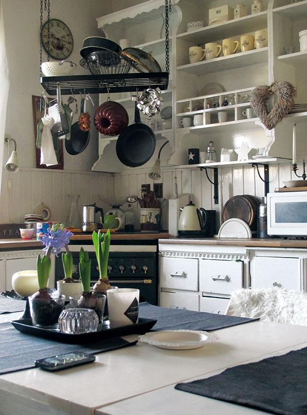Predstavte si kuchyňu ako galériu. Kbielemu prostrediu patrí jednoduchý riad, smalt alebo antikoro, ktoré do kuchyne prinesú neformálnu eleganciu. Miešajte čisté jednoduché plochy stými mierne zaplnenými, nové veci so starými alebo aspoň staro pôsobiacimi abuďte ksebe úprimní. Všetko, čo máte radi, kvám jednoducho patrí. Ato bez ohľadu na to, čo si kto hovorí.