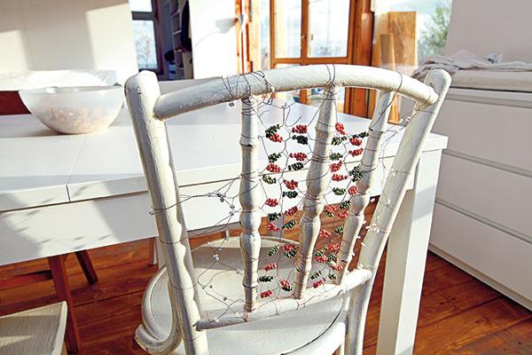 Ničím výnimočné biele stoličky ozvláštnila žena architekta Tesáka – Beátka drôtom. Nechala sa pri tom inšpirovať hroznom, ktoré im rastie na pozemku.