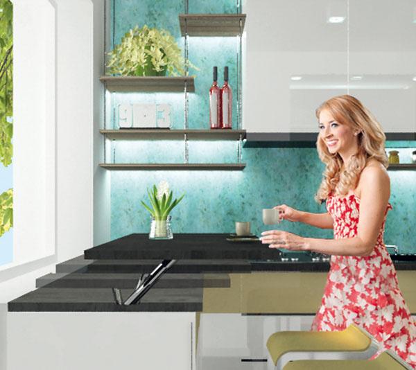 Stolík, prestri sa! Pani Lenka chcela mať vkuchyni kútik na príležitostné stolovanie pre dve osoby. (Hlavný jedálenský stôl je vinej miestnosti.) Navrhli sme vyklápaciu plochu pod oknom, ktorá sa podľa potreby nastaví do výšky barového pultu amôže sa pri nej stolovať alebo do úrovne pracovnej dosky amôže sa využívať pri príprave jedla. Stolovanie pri okne pritom ponúka bonus vpodobe výhľadu.