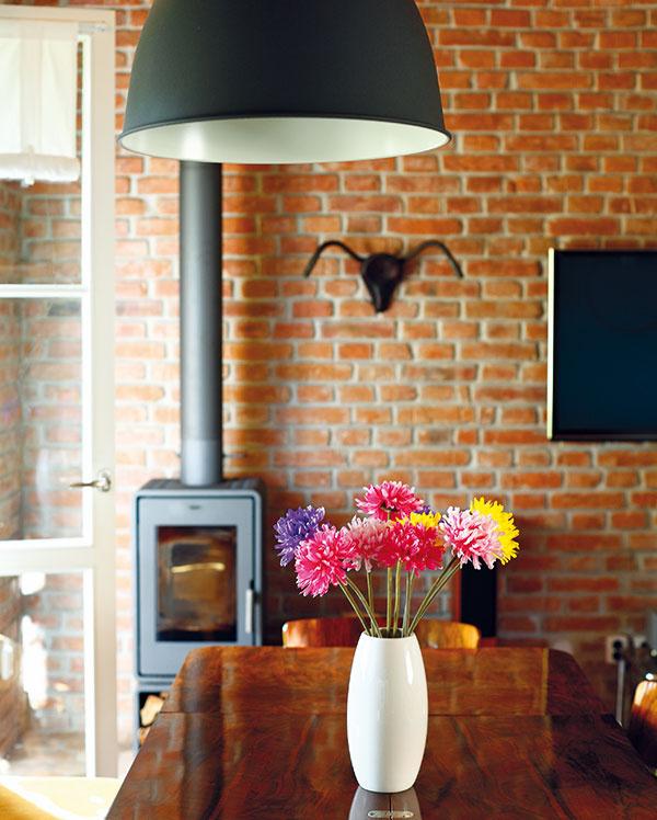 Moderné kozubové kachle zámerne kontrastujú sinteriérom vštýle vintage. Vhlavnej dennej miestnosti slúžia ako doplnkový zdroj tepla, blčiace plamene však dodávajú priestoru aj nezameniteľnú atmosféru.