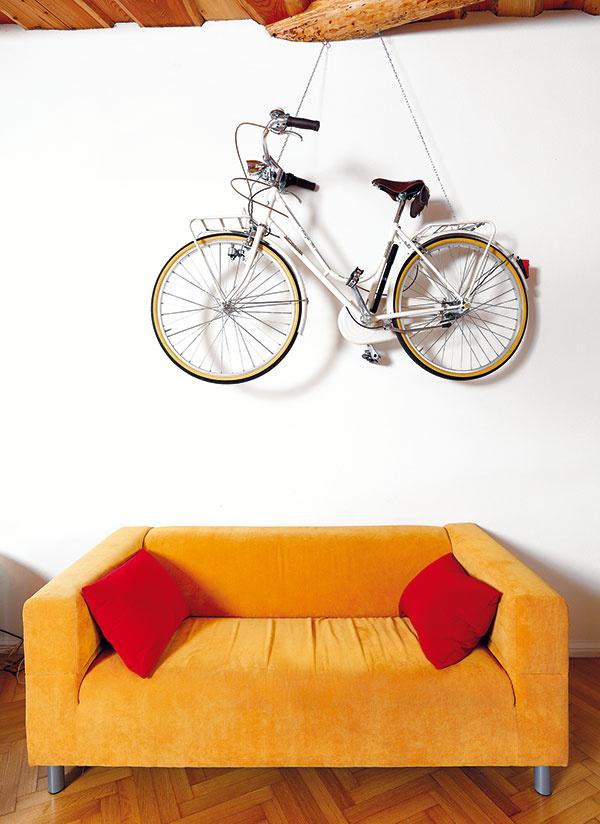 Slávnostný bicykel zavesili na reťaze v obývačke a povýšili ho na estetický objekt, pri slávnostných príležitostiach však slúži na pôvodný účel. Našli mu miesto na stene, ktorá je naozaj nezvyčajne veľká.