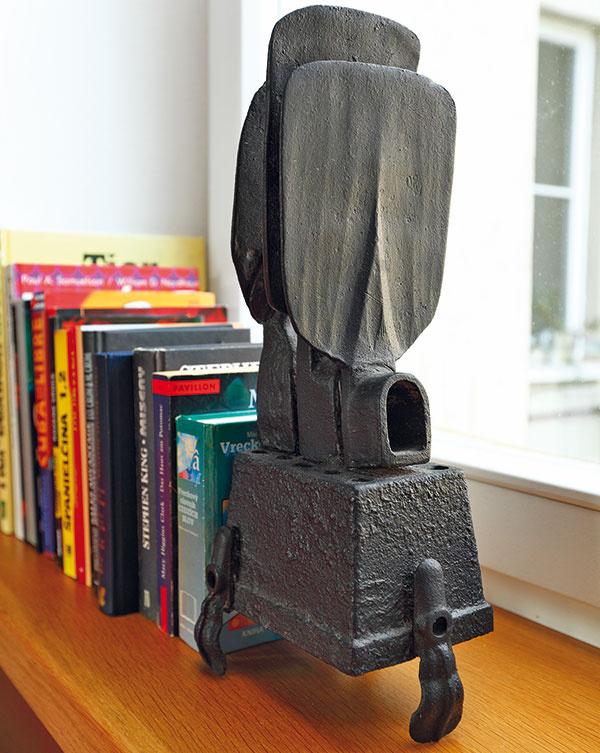 Dôležité, ale nenásilné. Všetky miestnosti citlivo oživujú umelecké artefakty – autorom viacerých z nich je Michal Staško.