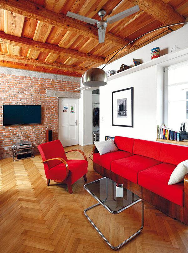 """""""Inšpirovali ma koloniálne interiéry sveľkými ventilátormi. Ikeď tu sme nepotrebovali rozhýbať vzduch pre horúčavy. Je to starý byt, kde je vlete príjemne. Ale je to vysoká miestnosť, takže sme potrebovali, aby ventilátor vzime tlačil teplý vzduch spod stropu smerom kzemi."""""""