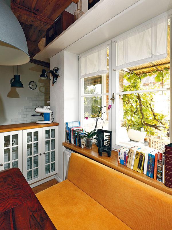 Kontakt denného priestoru sbalkónom je naozaj intenzívny – nielen prostredníctvom sklenených dverí, ale aj cez okno vjedálni.