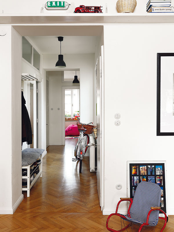 Chodba sfrancúzskym šarmom. Silným dojmom pôsobí priestranná dlhá chodba plná svetla, zktorej sú prístupné všetky miestnosti bytu.