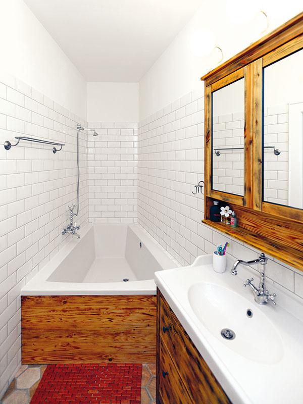 """Riešenie do atypickej kúpeľne. Tak, ako všetky miestnosti vbyte, aj kúpeľňa má atypický tvar. Vmalom priestore sú však """"nepravé uhly"""" omnoho zreteľnejšie. """"Dlho sme hľadali vaňu, ktorá by sem pasovala. Našťastie je dnes ponuka naozaj široká, takže sme nakoniec našli takú, ktorá do kúpeľne sadla úplne presne,"""" upozorňuje dizajnér."""