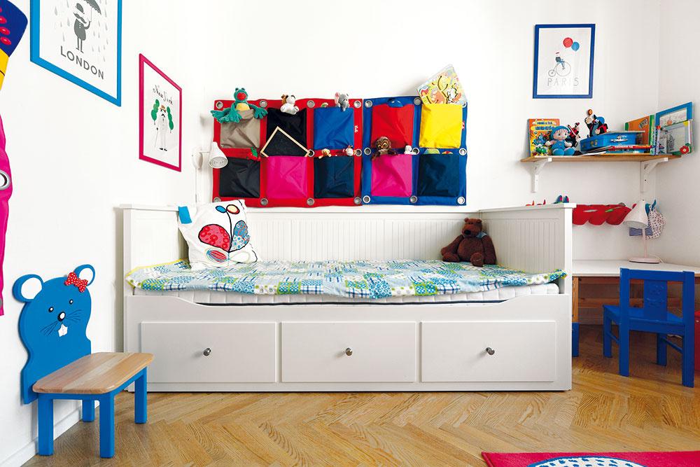 Izba malého Danielka je zariadená jednoducho, tak, aby mal dostatok miesta na hranie na zemi. Nechýba praktický šatník s nenápadnými bielymi lamelovými dverami, univerzálny biely nábytok oživujú pestré textilné hračky a doplnky – väčšinu z nich navrhol Michal Staško pre slovenského výrobcu, firmu Tuli.