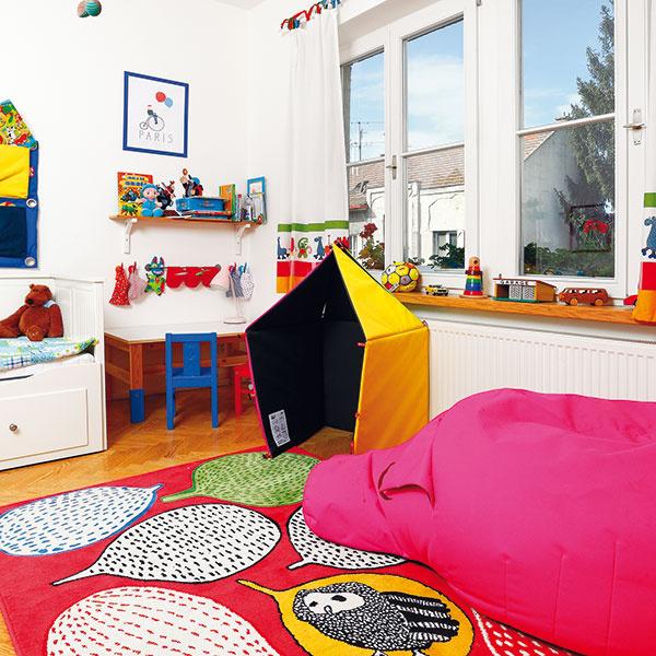 Je to domček? Skrýša? Alebo hracia deka, ktorá sa večer zmení na odkladací priestor na hračky? Variabilná textilná hračka s názvom 3D, ktorá rozvíja kreativitu dieťaťa, získala v roku 2013 prestížne medzinárodné ocenenie Red Dot Design Award.