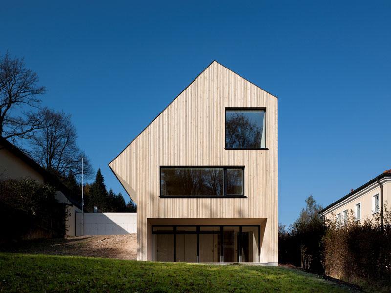 Dom bol navrhnutý tak, aby rešpektoval svoje okolie. Na prvý pohľad skromný exteriér má však celkom nadštandardné technologické vybavenie.