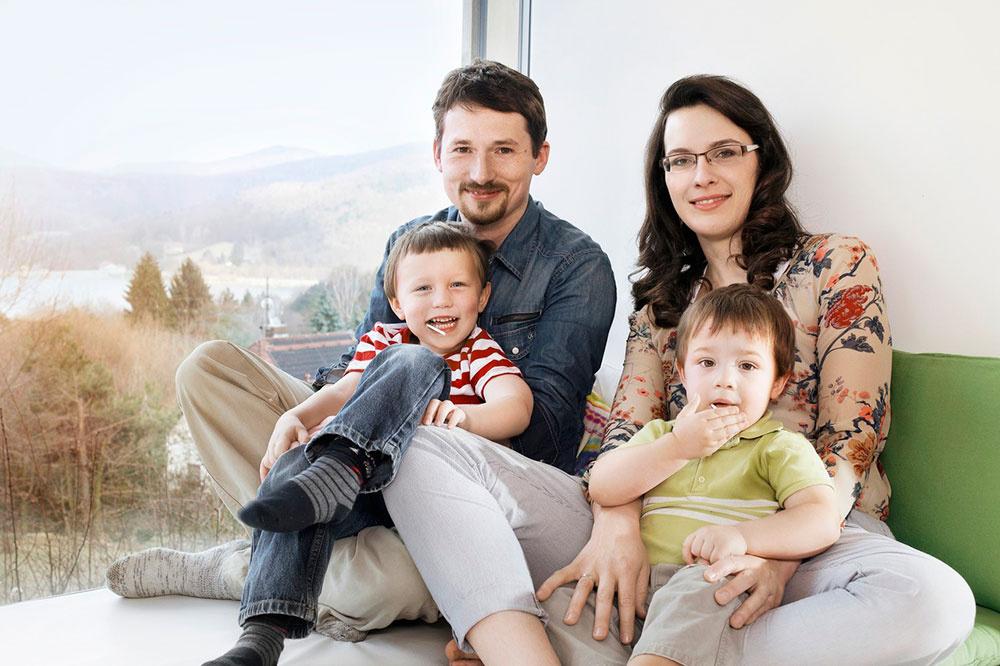 Manželia Dorfstetterovi so svojimi dvomi synmi sa do Sunlighthousu presťahovali v marci 2012, vo výberovom konaní porazili ďalších 110 rodín.