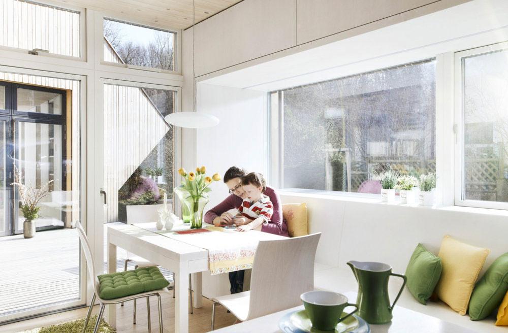 Množstvo presklených plôch v dome zodpovedá 42 % podlahovej plochy, pričom norma stanovuje minimálne presklenú plochu takmer 4 x nižšiu.