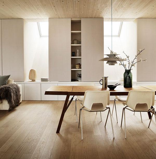 Sunlighthouse je bohato presvetlený – prirodzené svetlo sa do interiéru dostáva ako cez fasádne okná, ktoré zaisťujú krásne výhľady, tak cez strešné okná. Tie sú položené zámerne vysoko, aby priniesli do miestnosti čo najviac svetla.