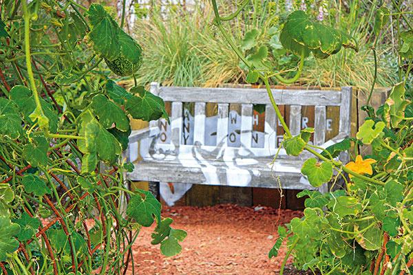 Aj v záhrade vytvorenej v ekologickom duchu sa žiada relaxačnej zóny s lavičkou. Môže byť ukrytá napríklad v tieni popínavých uhoriek.