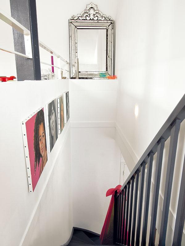 Zocelené schody. Spálne sú vtomto mezonetovom byte na spodnom, vstupnom podlaží, kdennej zóne sa dostanete po drevených schodoch – dizajnérka ich natrela tmavosivou farbou, typickou pre oceľové nosníky, aby ich zladila sostatnými industriálnymi prvkami vpodkroví.