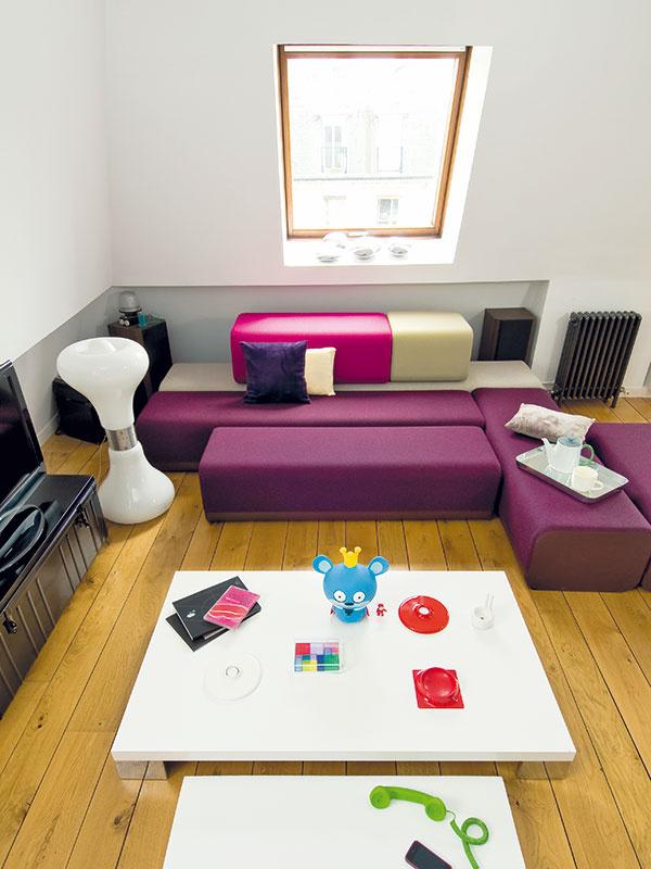 Farebné moduly sedačky B. Flex možno ľubovoľne premiestňovať avytvoriť znich podľa aktuálnych potrieb pohovku či ležovisko sakýmkoľvek tvarom. Obývačkový kút dotvorila dizajnérka pre ňu typickou zvláštnou kombináciou nábytku adoplnkov.