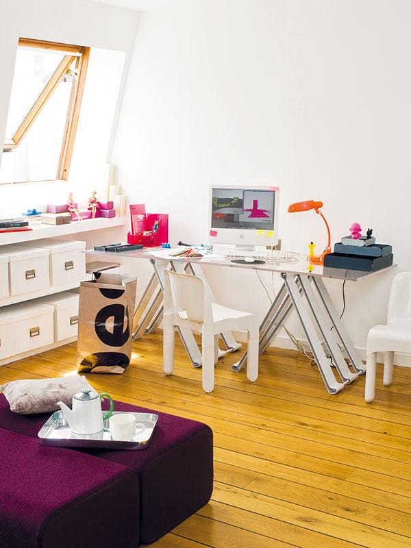 Neutrálna biela farba, na ktorej pozadí vyniknú pestré modely Marininých návrhov. Denné svetlo, inšpiratívny výhľad aznáme ikony interiérového dizajnu – to je pracovňa dizajnérky Marine Peyrovej.