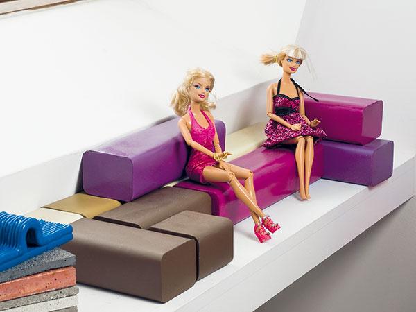 Parapet vpracovni slúži na prezentáciu dizajnérkiných výtvorov: sú tu drobné svietiace kocky Lamp'oules, mäkké čajové šálky, model viacúčelovej modulovej súpravy B. Flex (vo veľkosti pre bábiky Barbie) aj ešte nerealizované návrhy. Dizajnérke poskytujú pocit zadosťučinenia apripomínajú jej najnovšie zákazky.