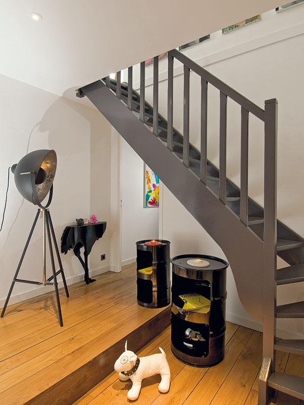 Na schodoch chcela dizajnérka dosiahnuť industriálny dojem. Využila na to tmavosivý náter a vo vstupnom priestore doplnky v industriálnom štýle. Sem--tam nejaký ten šokujúci kontrast si však neodpustila ani tu.