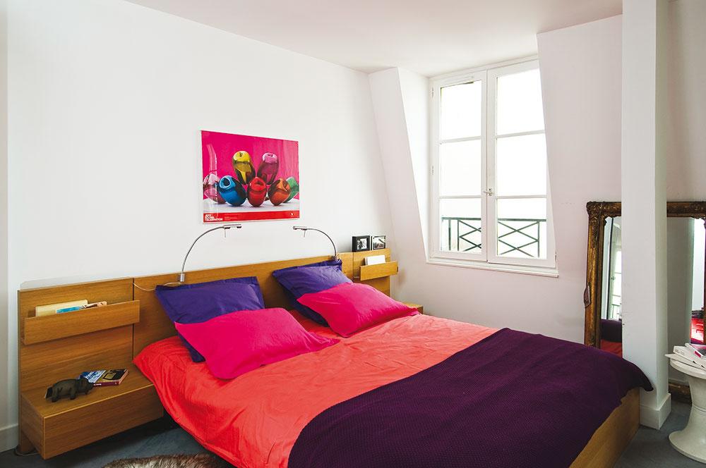 Marinina spálňa na spodnom podlaží je rozlohou celkom minimálna. Jej zariadenie tvorí len nízka posteľ a vstavaná skriňa, ktorej posuvné dvere sú zároveň zrkadlom od podlahy až po strop.
