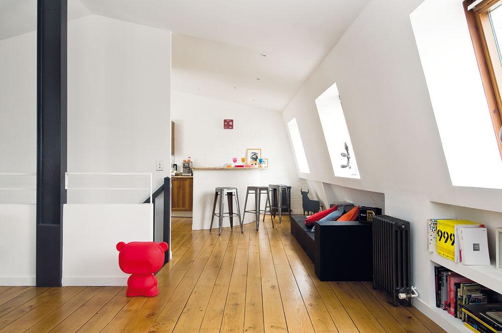 Čierna pohovka snázvom Custom Made (Na zákazku), vyrobená podľa Marininho návrhu, má dve funkcie: jednak slúži na preklenutie priestoru medzi obývacou časťou abarovým pultom, jednak funguje ako výrazný vizuálny prvok vhornej časti schodiska. Oživujú ju farebné vankúše, ktoré sľubujú pohodlie anabádajú hostí odísť zkuchyne.