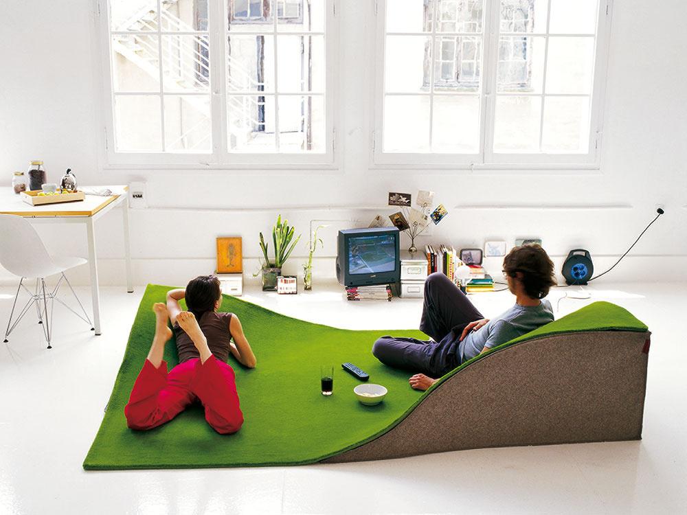 Lietajúci koberec Nanimarquina Flying je zároveň sedačkou, ktorá kedykoľvek uvoľní priestor čomukoľvek inému. Jednoducho uskladniteľné akreatívne riešenie, nemyslíte? Predáva Triform.