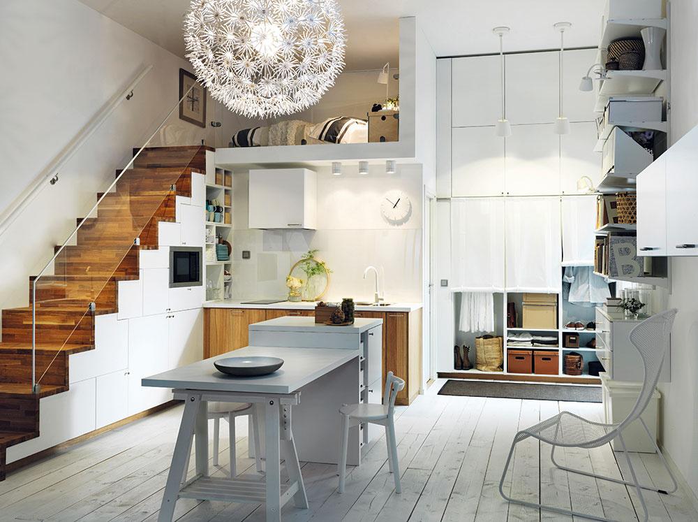 1 Na galérii. Najpriaznivejší je prípad, keď je spálňa umiestnená na samostatnom polpodlaží. Vytvorená galéria je sprístupnená nábytkovými schodmi, ktorých vnútorný priestor môže slúžiť na zabudovanie vstavaných spotrebičov. Dávajte si však pozor na minimálnu hĺbku tohto priestoru 60 cm, je dôležitá aj pri pohodlnom prechode. Kuchyňa vo všeobecnosti tiež nepotrebuje plnú výšku miestnosti, držte sa však zdravého minima 200 až 210 cm (približne výška dverí).