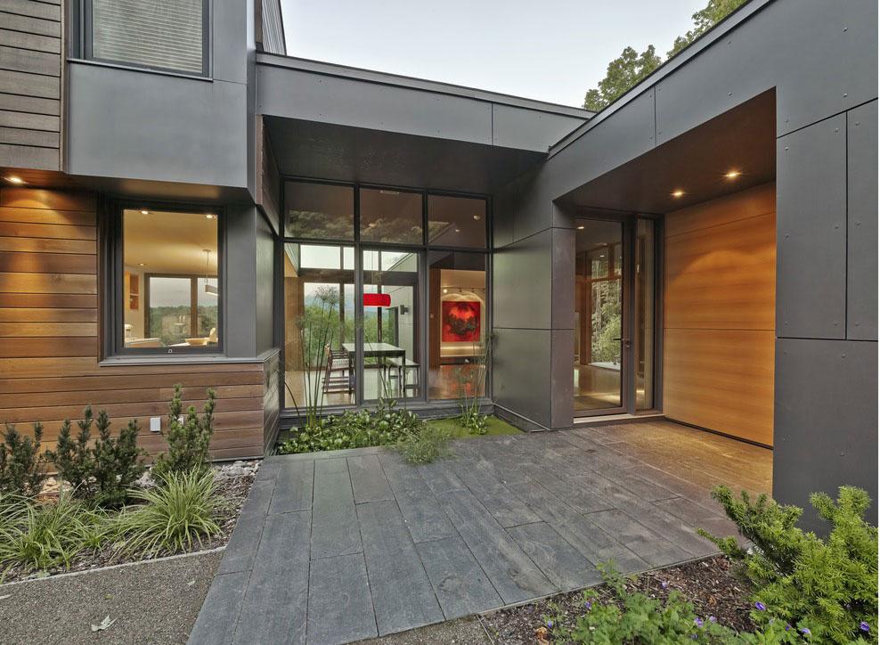 Architektúra celého domu vznikala s ohľadom na estetiku miesta, ale aj na praktické aspekty, ako je práca so slnečným svetlom a rešpekt k topografii pozemku.