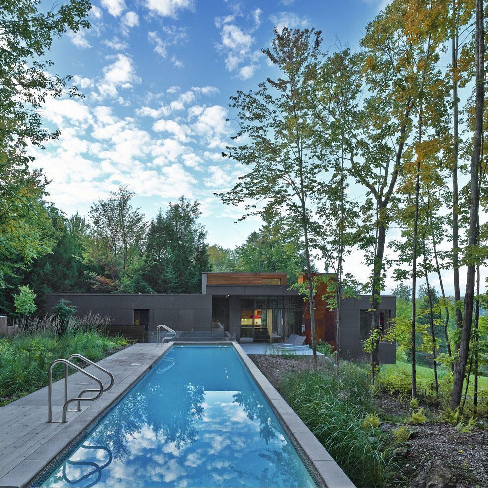 Pokojnú, prírodnú atmosféru domu zároveň dokresľuje prítomnosť vody. Bazén, vodná záhrada a prameň napájajúci priľahlý rybník prinášajú na pozadí príjemný akcent ševeliacej vody. Vďaka decentnému osvetleniu vodných prvkov vzniká po zatmení kúzelný obraz tohto miesta.
