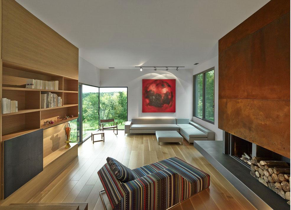 … a v neposlednom rade priestor oživuje sýta červeň na plátne, ktoré vládne na stene nad pohovkou. Aby ho dizajnéri podčiarkli, nasvietili ho bodovým reflektorom.