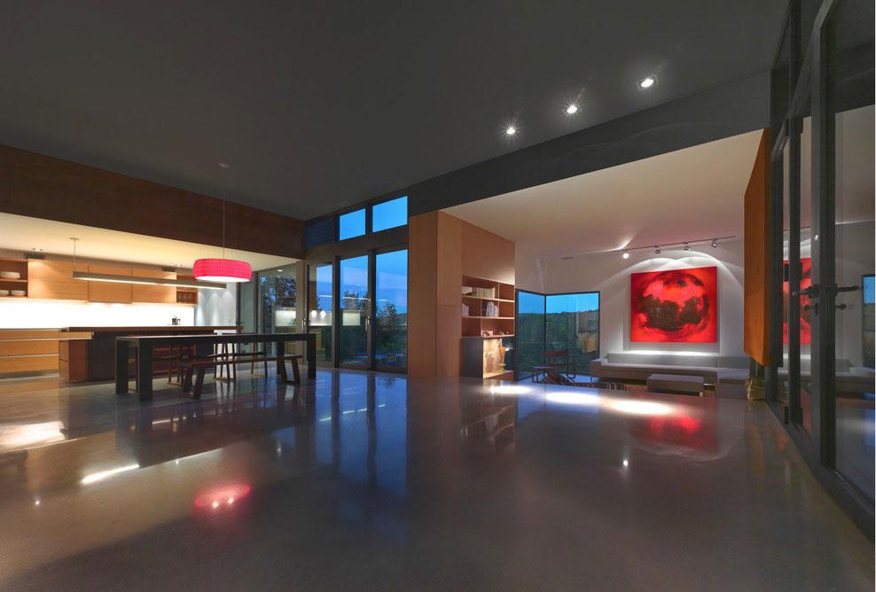 Efektné nasvietenie v kombinácii s meniacou sa farbou svetla prichádzajúceho zvonku vytvára večer v obytnom priestore pôsobivú atmosféru.