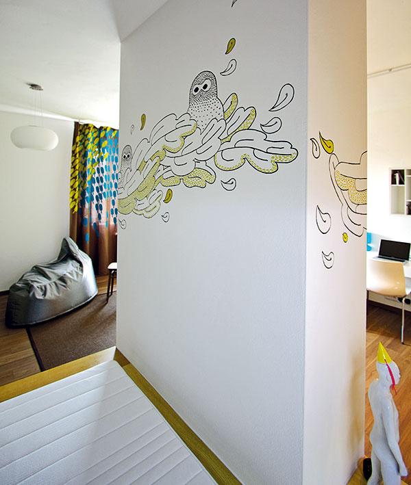Veselú dobrú noc. Grafické stvárnenie komína aobraz nad sedačkou pochádzajú spod štetca umelkyne Alice Gurínovej.