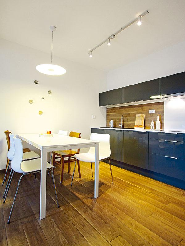 Vzduch namiesto ťažoby. Kuchyňa je dôkazom, že všeobecné pravidlo využívania úložného priestoru až po strop neplatí až tak úplne všeobecne. Vtomto prípade dostala ľahkosť avzdušnosť prednosť pred plným využitím výšky.