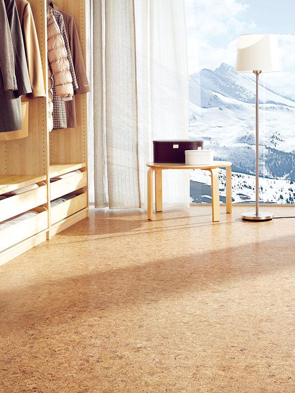 Korkové povrchovo upravené podlahy sú dostupné vo forme dosiek, pričom inštalácia sa najčastejšie rieši plávajúcim spôsobom so zámkovým spojom. Existuje však aj možnosť nalepiť korok priamo na podklad. (kolekcia Astra, predáva Koratex)