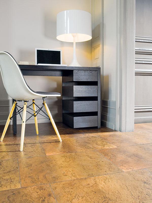 Keďže nášľapnávrstva korkovej podlahy je povrchovo upravená lakom, je jej údržba veľmi jednoduchá. Lakované podlahy sa ošetrujú vodou a prípravkami špeciálne určenými na ich údržbu. (kolekcia Corckcomfort, dekor Slate Moccacino, predáva Alpod)
