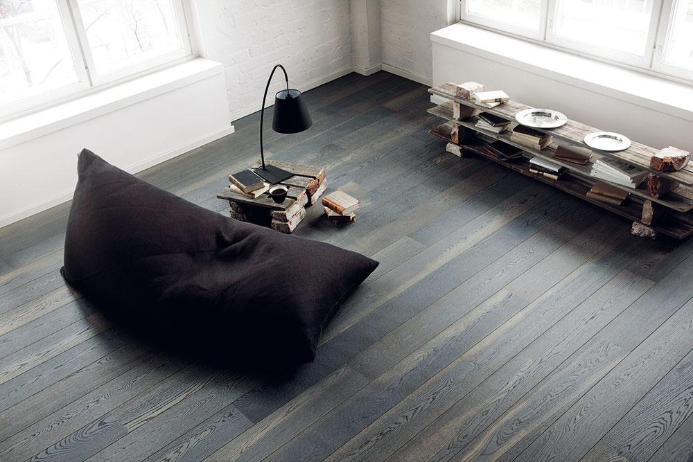Na trhu sa objavujú stále nové a nové dekory drevených podláh, medzi ktorými nájdete aj tie s opotrebovaným alebo zastaraným vzhľadom. Obľúbený je aj dymový povrch so striebristým, bielym alebo sivým nádychom. Vynikne napríklad v modernom interiéri s netradičným nábytkom zo starých dosiek a tehál. (kolekcia Urban Soul, dekor Dub Asphalt Grey, predáva Alpod)