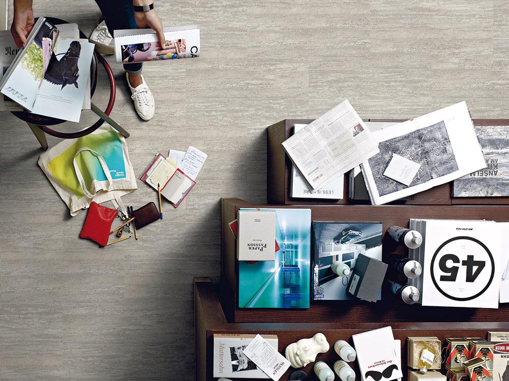 Segment vinylových podláh ponúkaširoké spektrum farieb adekorov, najmä imitácie dreva akameňa. Môžu mať len hladký dekor bez štruktúrovanej povrchovej úpravy, ktorý vporovnaní sdrevenou alebo laminátovou podlahou snerovným povrchom znamená jednoduchšiu údržbu. (kolekcia Expona Design, dekor Stone, predáva Koratex)
