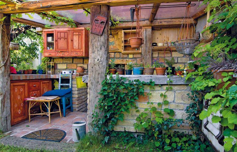 V záhrade za domom si vytvorili unikátnu letnú kuchyňu