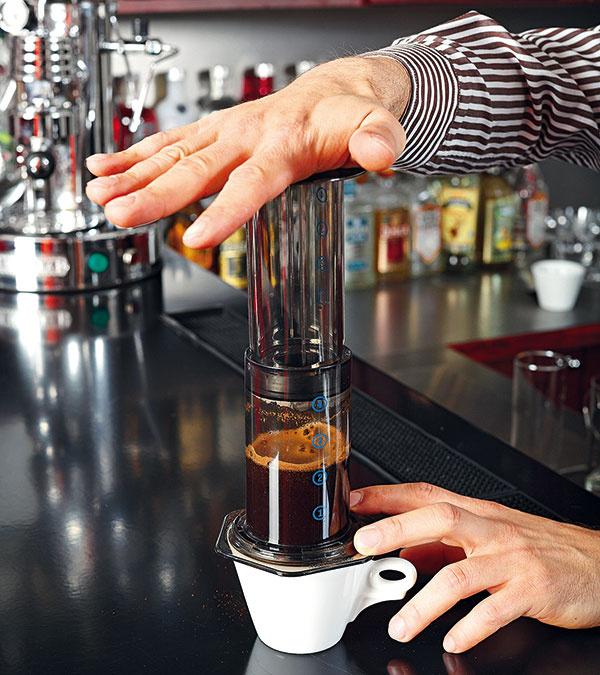 Navlhčite okraj tesnenia na vnútornom valci apomaly ho zatláčajte do vonkajšieho valca (asi 20 sekúnd), až kým všetka tekutina nepretečie do šálky. Môžete použiť aj kanvicu, zktorej potom kávu rozlejete do nahriatych šálok.