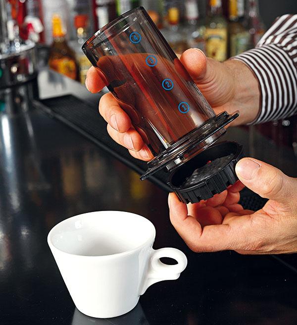 Zostavte vonkajší valec – na jeho spodok upevnite plastové sitko spapierovým filtrom.