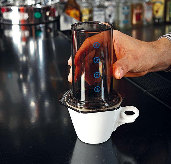 Nahrejte šálku horúcou vodou apoložte na ňu vonkajší valec.